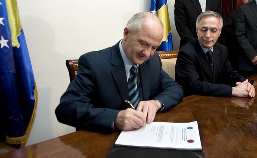 独立から4か月、コソボ憲法発効