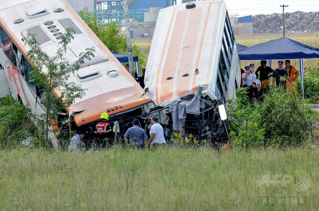 満員のバス同士が正面衝突、13人死亡 アルゼンチン