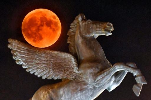 夏夜に浮かぶ神秘的な月、ギリシャ