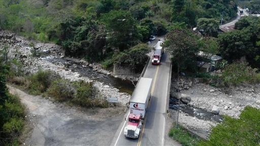 動画:ベネズエラ向け支援物資、軍が封鎖する対コロンビア国境に到着