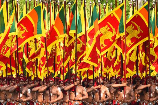 【今日の1枚】伝統衣装と国旗の行進、スリランカ独立72周年