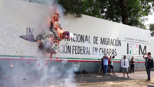動画:メキシコ移民局前で抗議デモ、建物に卵を投げる子どもたちも