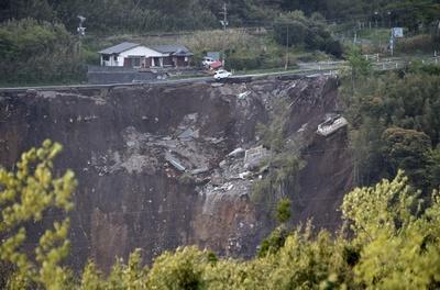 熊本地震、死者42人に 不明者捜索続く
