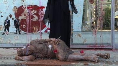動画:ブラジルダム決壊受け、バーレ本社前で体に泥塗り抗議活動