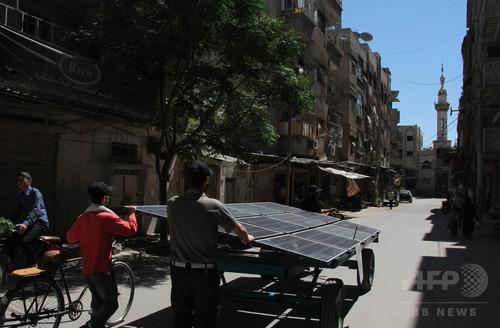 内戦続くシリアの町で台車に載せた太陽光発電機が活躍中