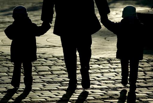 親やパートナーによる乳幼児殺害相次ぐ、フランス