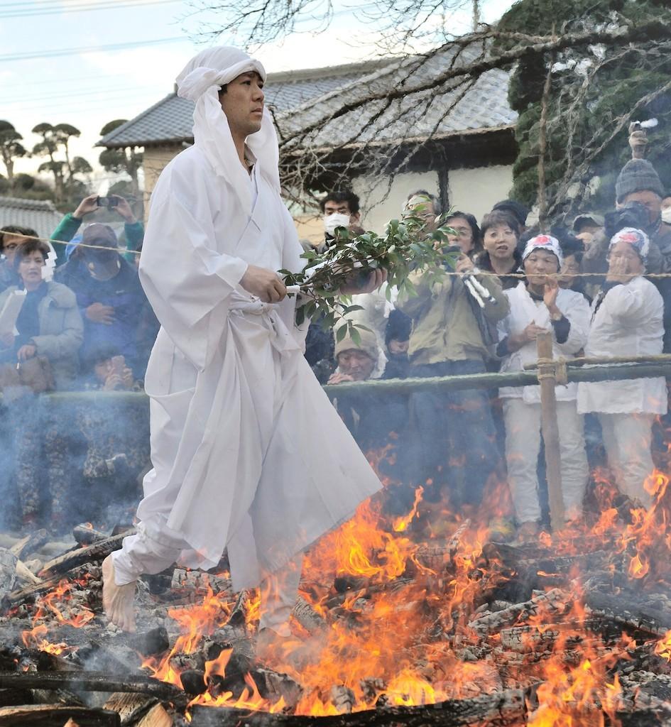 冬至恒例の「火渉祭」、炎を踏みしめ無病息災願う