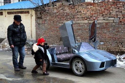 自作「ミニランボルギーニ」、孫を乗せて疾走 中国