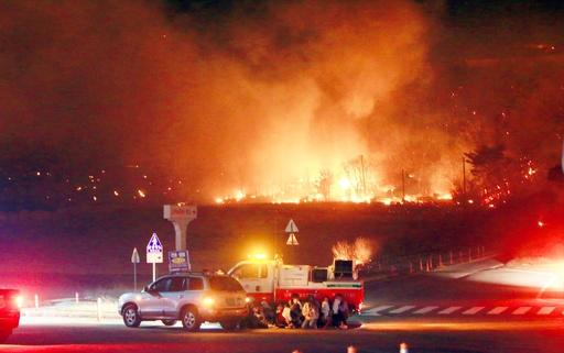 韓国北東部で大規模山火事、1人死亡 4000人超避難