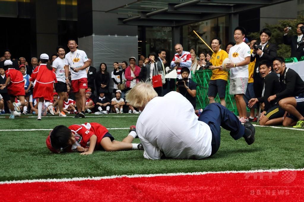 ロンドン市長、都内ラグビーイベントで小学生を吹っ飛ばす