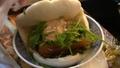 字幕:安くておいしい豚の角煮まんじゅうでミシュラン認定 台湾屋台