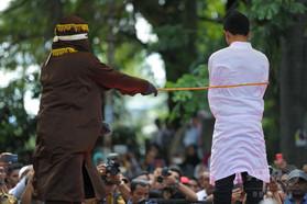 性行為した男性カップル、検察がむち打ち80回求める インドネシア