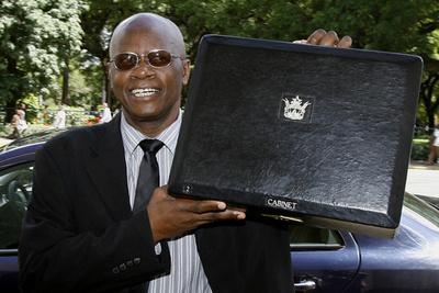 深刻な財政難のジンバブエ、大幅増税へ