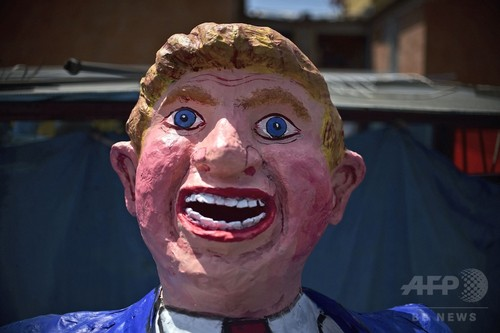 トランプ氏の巨大人形を火あぶりに、メキシコの復活祭