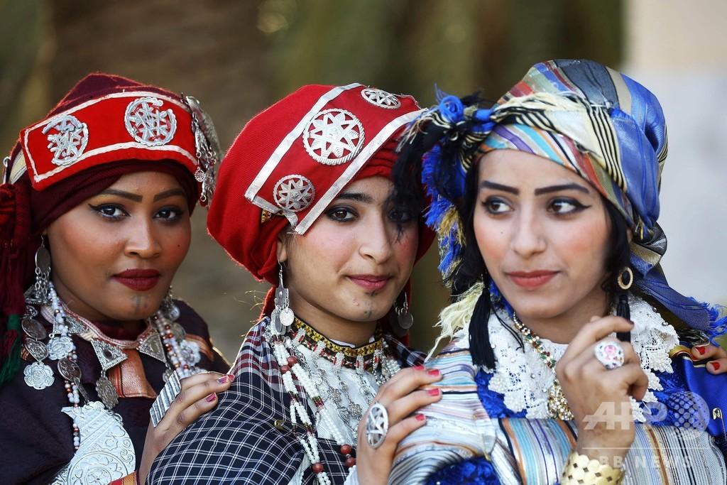 華やか伝統衣装でセルフィー、リビア首都