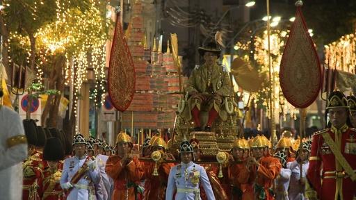 動画:戴冠したタイ国王、首都バンコクをパレード