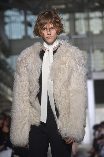 ロックな要素を織り交ぜた新しいアプローチ、「コスチューム ナショナル」15/16年秋冬メンズ