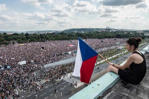 チェコ首相の退陣要求デモに25万人、共産政権崩壊後で最大規模