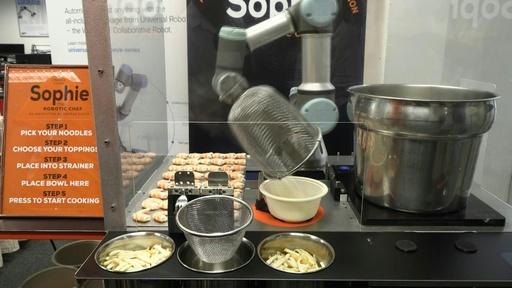 動画:シンガポール名物「ラクサ」の調理ロボットお披露目、わずか45秒で提供