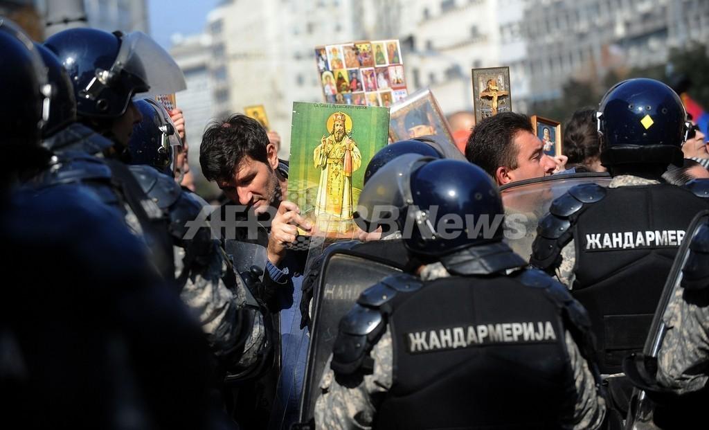 ゲイパレード開催で反対派が暴徒化、セルビア