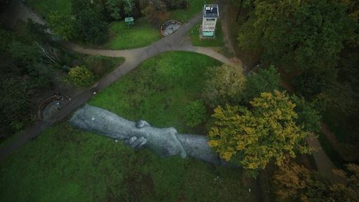 動画:ベルリンで「壁を越えて」 博愛訴える巨大アート