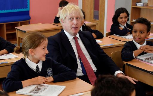 ジョンソン英首相、小学校訪問で歴史の授業に出席