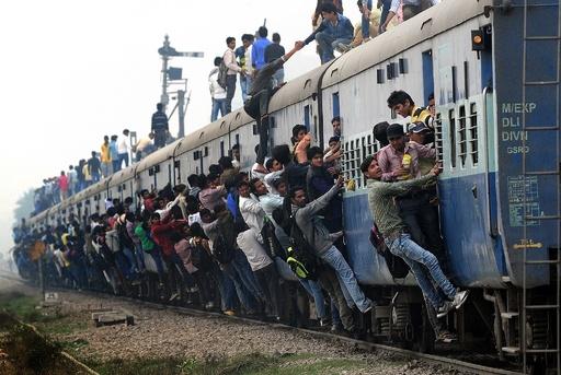 【AFP記者コラム】インド名物、命がけの通勤・通学ラッシュ