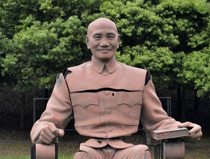台湾で蒋介石像の頭部切断男に禁錮刑 「おまるにしたかった」