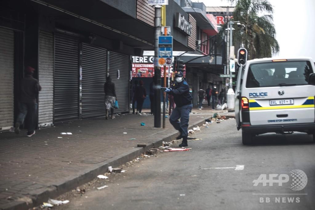 南アフリカ警察、集まった買い物客にゴム弾発射 「社会的距離」確保で