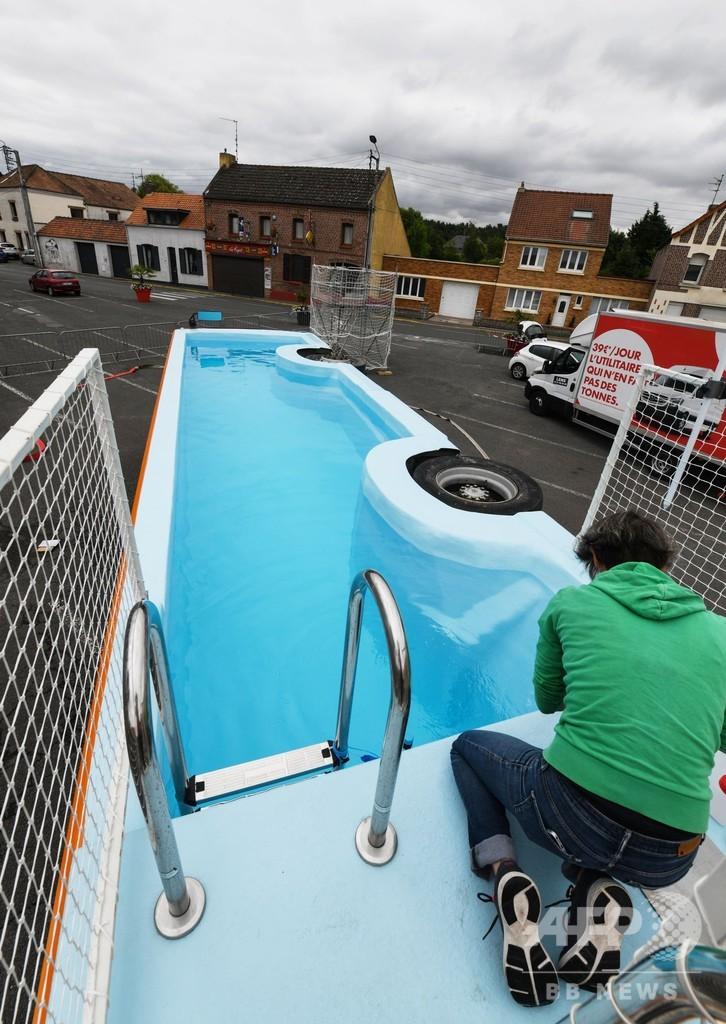 廃車のバスがプールに、横に倒れて第二の人生? フランス