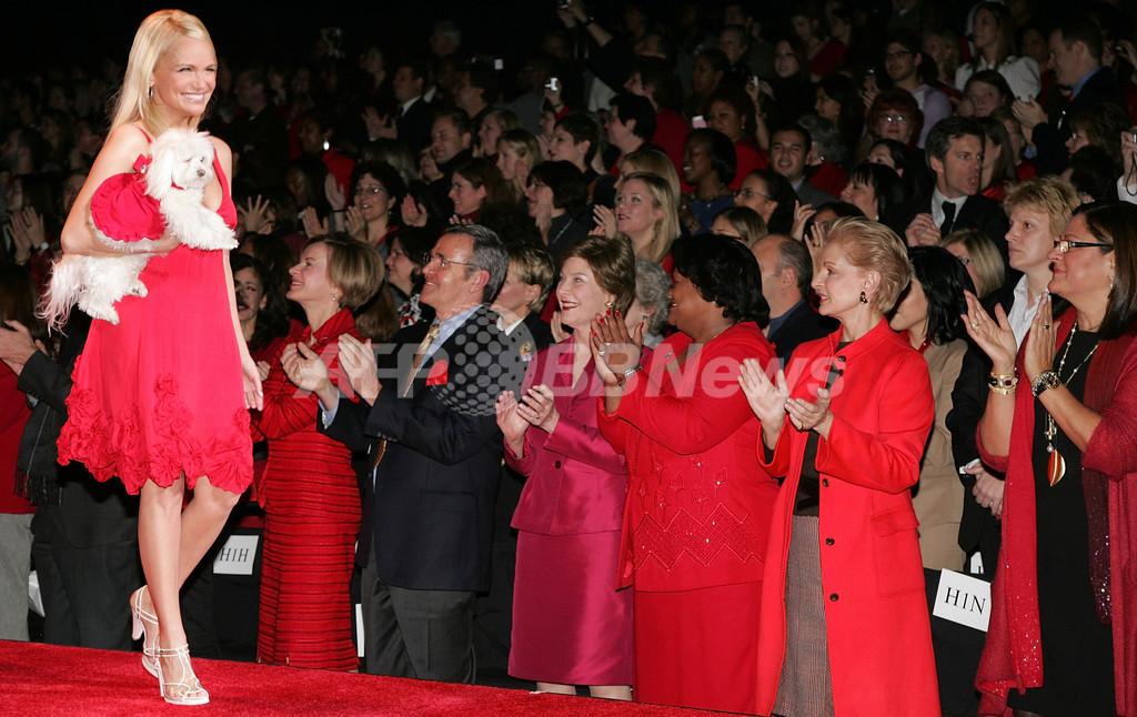 レッド ドレス ショー会場にローラ ブッシュ米大統領夫人が登場