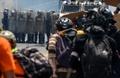 火炎瓶ならぬ「糞便瓶」投げ警察に対抗、ベネズエラ反政府デモ