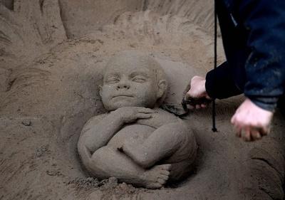 バチカンに「キリスト降誕」 今年の材料は砂