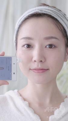 スマホを使って測定、カネボウ発アプリ連動の「肌水分センサー」