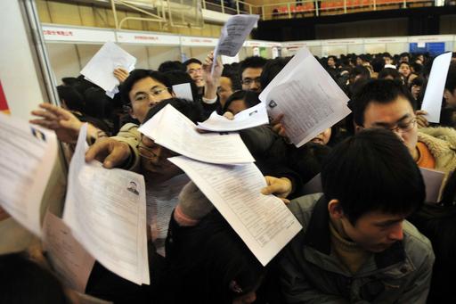 就職フェアに大卒者数千人が殺到、中国・武漢