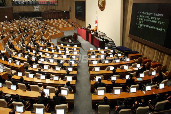 韓国国会、米韓FTAを批准 強行採決で催涙弾飛ぶ大混乱に