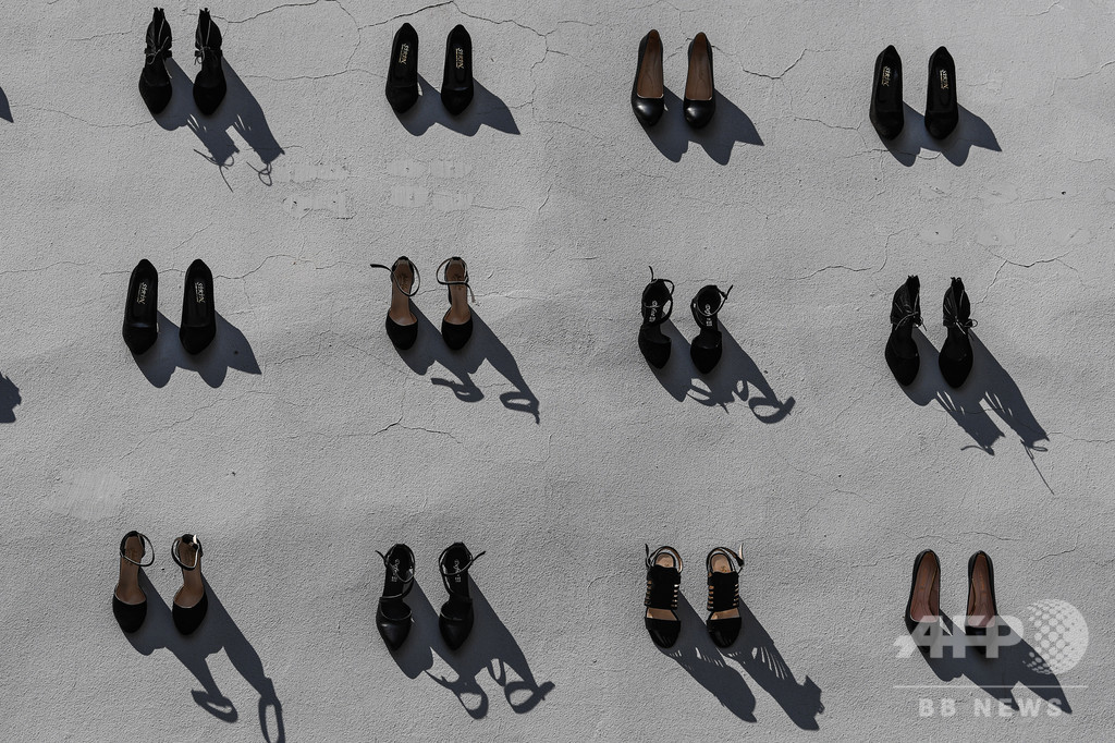 DVは許さない…犠牲者象徴する女性靴440足壁に トルコ