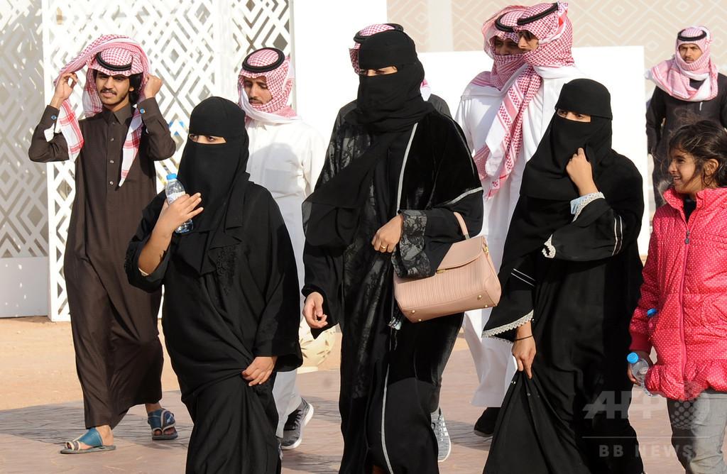 サウジ、初の女子マラソン大会を開催 数百人が伝統衣装で参加