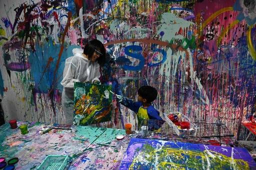 壁もキャンバスも関係なし、絵の具まみれでストレス発散 シンガポール