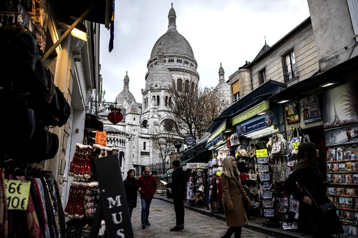 観光開発の波と闘う芸術家の都、パリ・モンマルトル