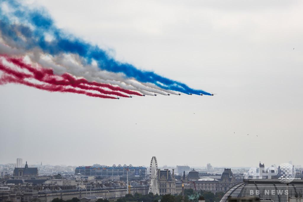 仏、革命記念日パレードで欧州の軍事協力誇示 終了後には抗議デモも