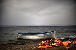 ギリシャ沖で移民船3隻沈没、子ども20人含む45人死亡