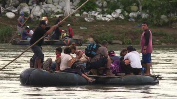 動画:メキシコ、米国を目指す女性と子ども数十人の入国認める いかだで川渡る人たちも