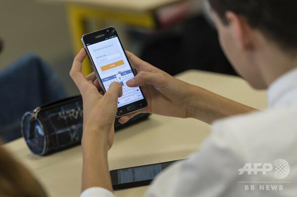 フランス議会、学校でスマートフォンなどの使用禁じる法案可決