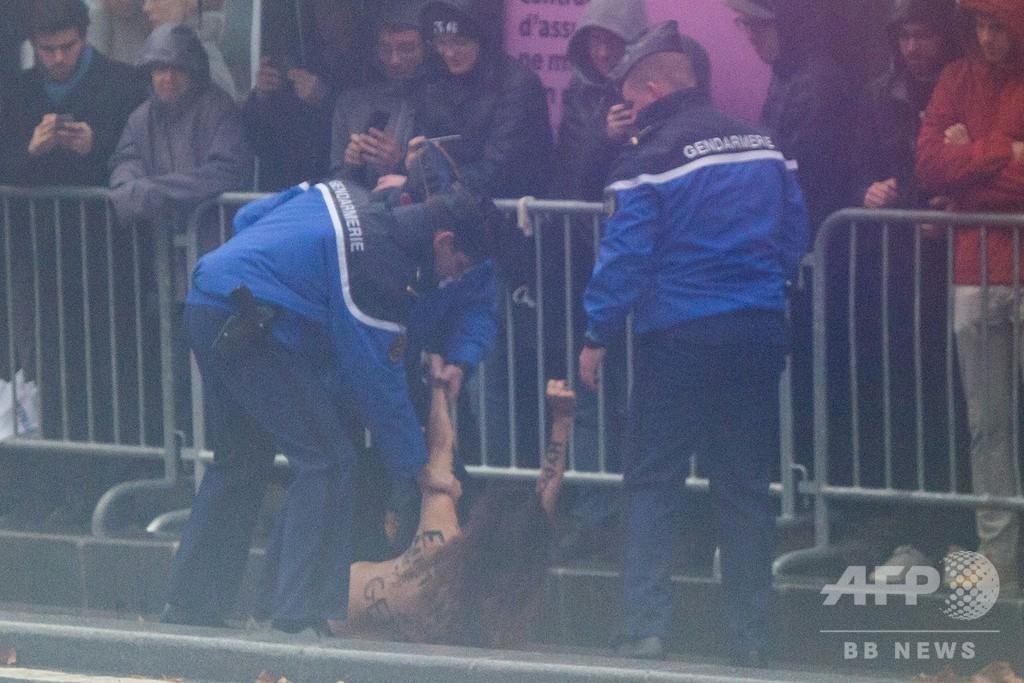 トランプ大統領の車列にトップレス女性が接近、一時停止 仏パリ