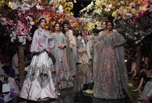 パキスタンでファッションウィーク、地元デザイナーらが新作