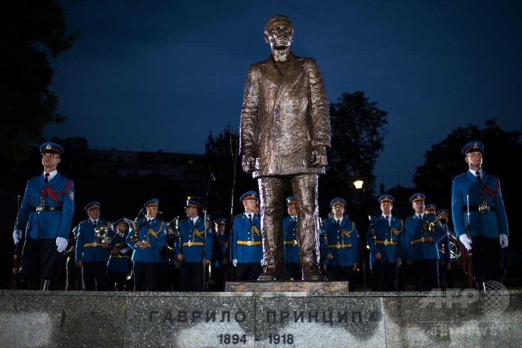 セルビア首都にサラエボ事件暗殺者の銅像