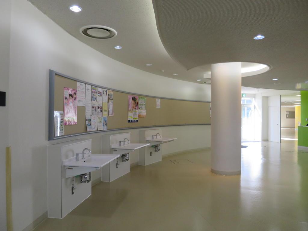 江戸川大学が新型コロナウイルス感染症対策として各棟エントランスに手洗い場を増設