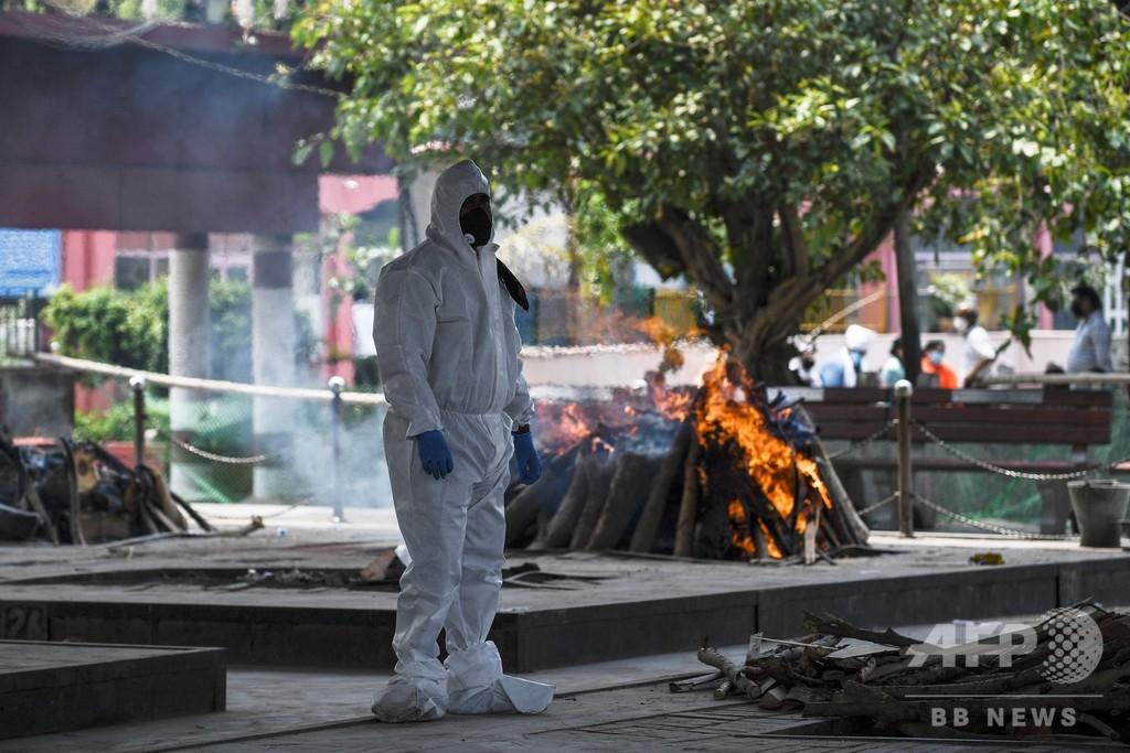 インド首都の火葬場、まきで遺体燃やす コロナ死者増で対応追い付かず