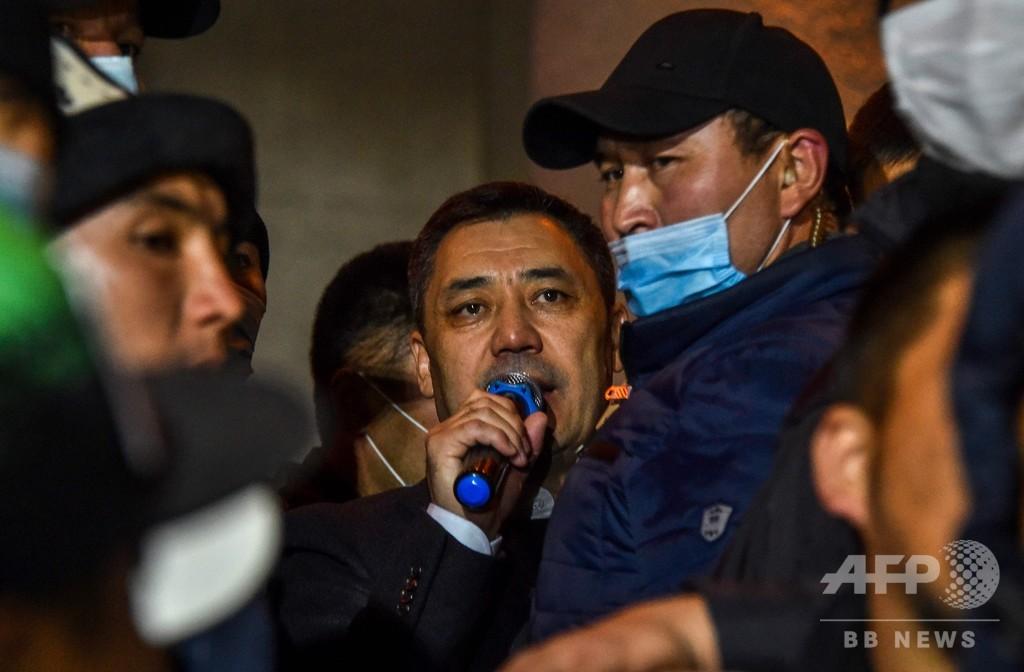 キルギス新首相、大統領権限の委譲宣言 議会選後の混乱続く